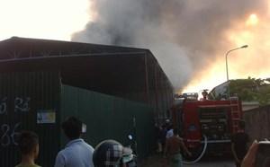 Cháy lớn tại một khu xưởng chứa vải, giấy