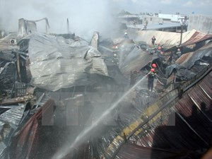 Cháy lớn thiêu rụi hơn 2.000m2 xưởng sản xuất mũ bảo hiểm