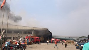 Cháy lớn thiêu rụi nhà kho của xưởng sản xuất nhựa ở Hưng Yên