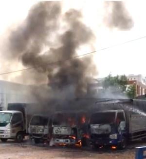 Cháy lớn trưa 30 Tết, thiêu rụi 5 xe tải