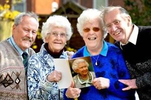 Chị em sinh đôi cùng kỷ niệm 60 năm ngày cưới