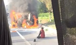 Chồng hy sinh thân mình cứu vợ khỏi ô tô bốc cháy