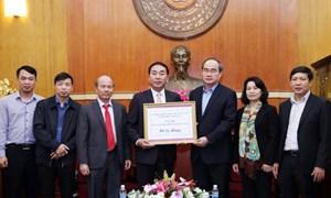 Chủ tịch Nguyễn Thiện Nhân tiếp nhận ủng hộ đồng bào lũ lụt