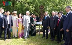 Chủ tịch nước Trần Đại Quang dâng hoa tại Tượng Bác Hồ ở thủ đô Moscow
