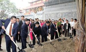 Chủ tịch nước Trương Tấn Sang dâng hương tưởng niệm cố Tổng Bí thư Nguyễn Văn Cừ