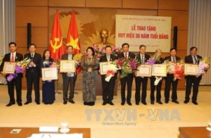 Chủ tịch Quốc hội dự Lễ trao tặng Huy hiệu 30 năm tuổi Đảng