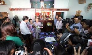 Chủ tịch thành phố đến tận nhà trao giấy khai sinh cho trẻ vừa chào đời