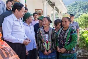 Chủ tịch Trần Thanh Mẫn chia sẻ, động viên nhân dân tâm lũ Mường La