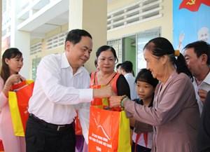 Chủ tịch Trần Thanh Mẫn dự Ngày hội Đại đoàn kết tại huyện Cần Giuộc