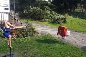 Cô bé bắn cung bằng chân siêu đỉnh