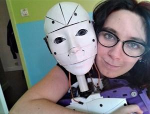 Cô gái muốn cưới robot làm chồng