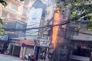 Cột điện bốc cháy ngùn ngụt giữa trưa