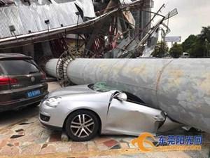 Cột quảng cáo khổng lồ đè bẹp nhiều ô tô