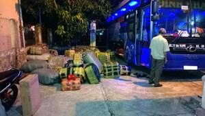 CSGT bắt hàng tấn hàng dệt may không rõ nguồn gốc