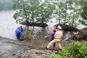 CSGT giúp đỡ hai mẹ con bị rơi xuống hồ nước sâu