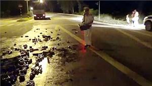 CSGT giúp tài xế thu gom bia đổ xuống đường