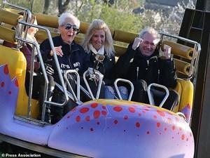 Cụ ông 105 tuổi lập kỷ lục đi tàu lượn siêu tốc