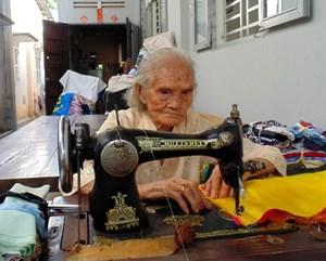 Cụ già 92 tuổi vẫn cần mẫn xin vải vụn may chăn tặng người nghèo