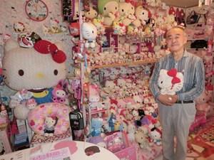 Cụ ông 67 tuổi mê sưu tập Hello Kitty