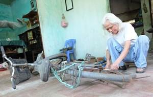 Cụ ông 80 tuổi, 30 năm sửa xe miễn phí cho mọi người