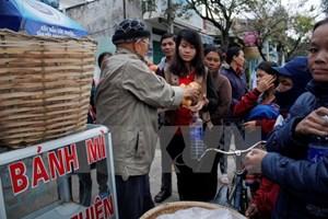 Cụ ông 87 tuổi bán lạc luộc để mua bánh mì phát từ thiện