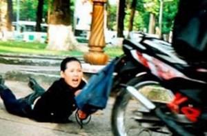 Cướp xong, bắt nạn nhân chở ra bến xe về quê ăn tết!
