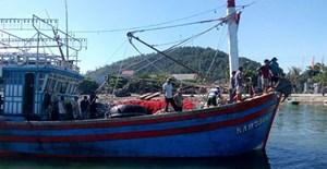 Cứu 17 thuyền viên tàu cá trôi dạt trên biển