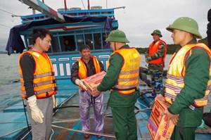 Cứu sống 12 ngư dân gặp nạn trên biển