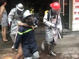 Hà Nội: Kịp thời cứu hộ 2 người bị kẹt trong đám cháy