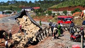 Đắk Nông: Xe tải chở càphê đâm sập cầu tạm