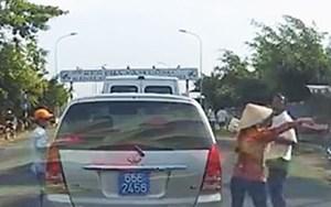 Dàn cảnh cạy cửa ôtô biển xanh trộm tài sản