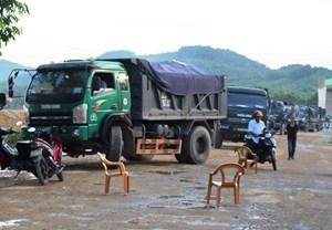 Dân dùng ghế làm vật cản chặn xe tải chở đất gây bụi