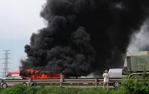 Đang chạy trên cao tốc, xe khách bị lửa thiêu rụi