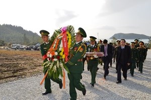 Dâng hương viếng mộ Đại tướng Võ Nguyên Giáp