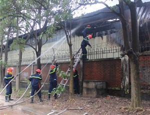 Dập tắt kịp thời đám cháy tại cơ sở đóng gói trái cây