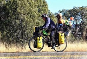 Đạp xe chở chó cưng đến 23 quốc gia