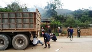 'Đấu đầu' xe tải biển Lào, thai phụ và con gái tử vong