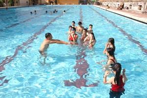 Dạy bơi cho trẻ nhưng lại thiếu bể bơi