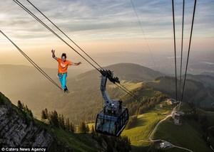 Đi thăng bằng trên cáp treo cao hơn 2.000m