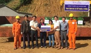 Điện lực Quảng Nam tặng máy tuốt lúa cho người dân miền núi xã A Vương
