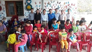 Điện lực Quảng Nam tặng quà Tết cho đồng bào xã A Vương