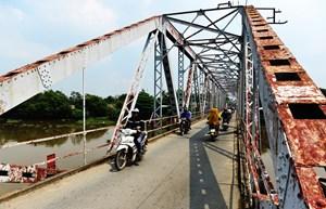 Dỡ bỏ cầu sắt hơn 100 tuổi trên sông Sài Gòn