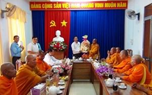 Đoàn đại biểu Phật giáo Nam tông Khmer thăm, tặng quà Ủy ban MTTQ Việt Nam tỉnh An Giang