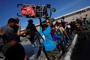Đoàn người di cư tìm cách vượt biên vào nước Mỹ
