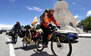 Doanh nhân đạp xe chở con gái đi khắp đất nước