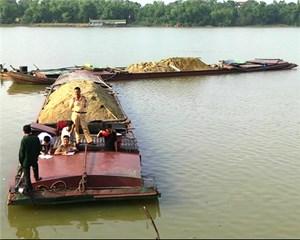 Đội tuần tra liên ngành mật phục bắt phà hút cát trên sông La