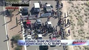 Donald Trump bị người biểu tình chặn đường tranh cử