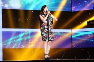 Đông Nhi và fan cứng bất ngờ 'đụng độ' trên sân khấu The Voice