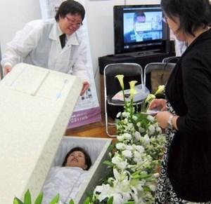 Dùng thử quan tài và dịch vụ mai táng trước khi chết