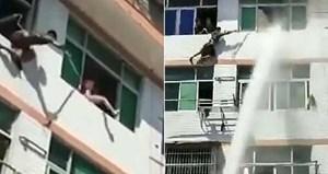Dùng vòi rồng ngăn người nhảy lầu tự tử